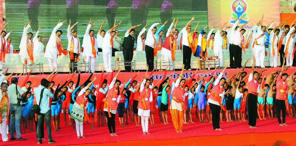 Thousands participate in Intl Yoga Day event