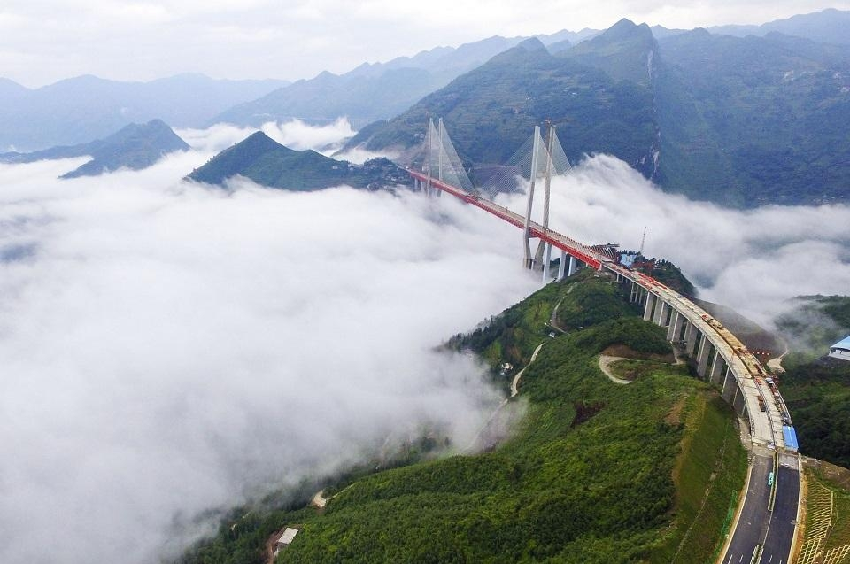 Chinese engineers linked the two ends of the Beipanjiang Bridge near Bijie in southwest Chinas Guizhou province