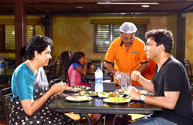 PepsiCos CEO Indra Nooyi and Chef Vikas Khanna have food at a traditional south Indian eatery in Chennai