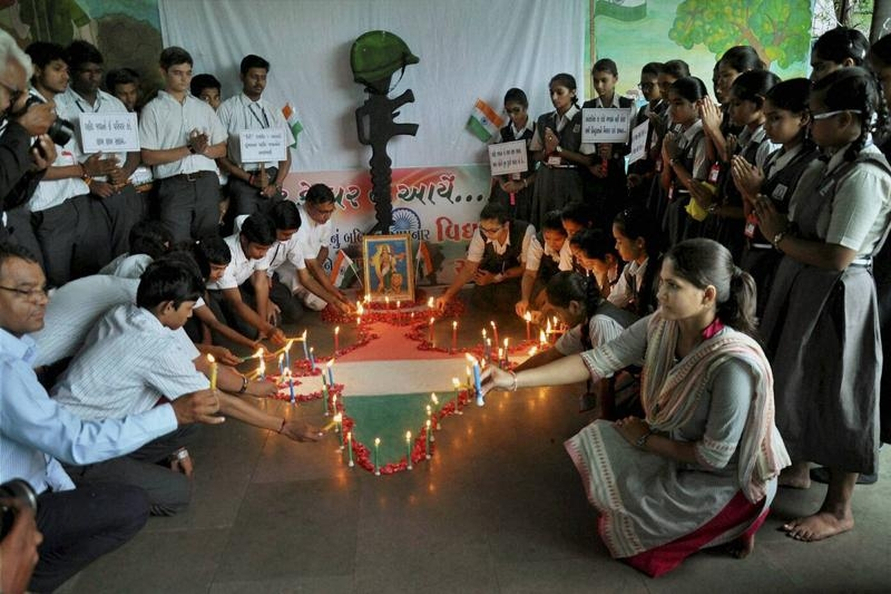 School children in Surat paying tribute to the Army soldiers who were killed Uri attack