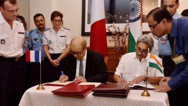 Defence Minister Manohar Parrikar and his French counterpart Jean Yves Le Drian signing the Rafale fighter jets deal at South Block in New Delhi