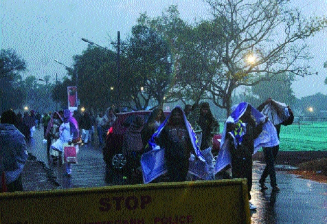 Sudden showers bring surprising chill in Raipur
