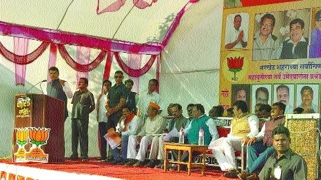 CM promotes development agenda during Narkhed, Kalmeshwar mpl poll campaign