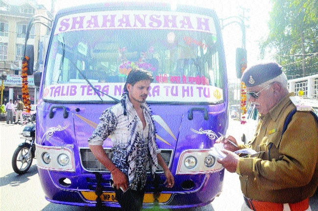 Traffic police take action against flouters
