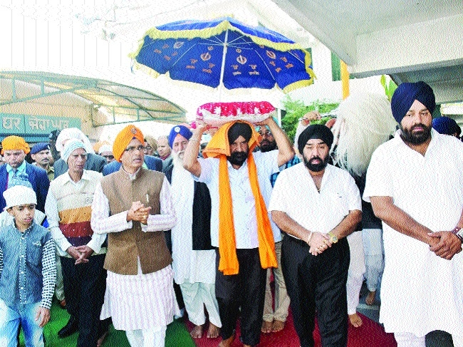 CM visits Gurudwara on birth anniv of Guru Gobind Singh