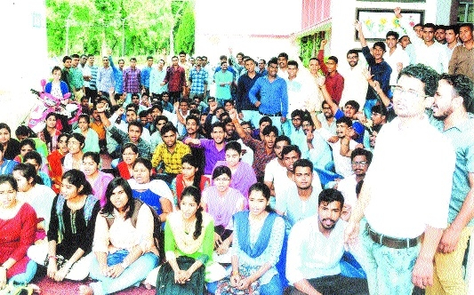 Dharna of ABVP witnesses dramatic twist