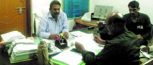 Lokayukta team nabs Water Resources EE red-handed