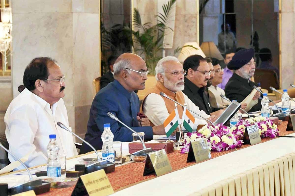 Governors can give new dimensions to devpt by communicating with MLAs, says President