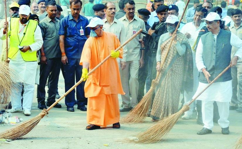 Yogi visits Taj, vows to conserve Agra's 'rich history'