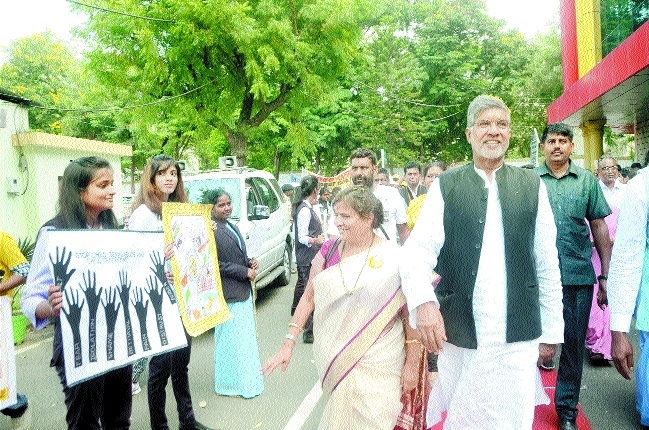 BSSS students greet Nobel laurete Kailash Satyarthi