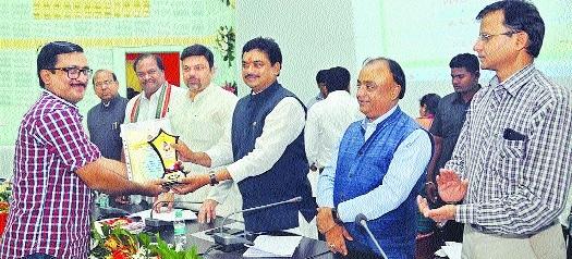 The Hitavada's Kartik Lokhande awarded for furthering Jalyukta's cause