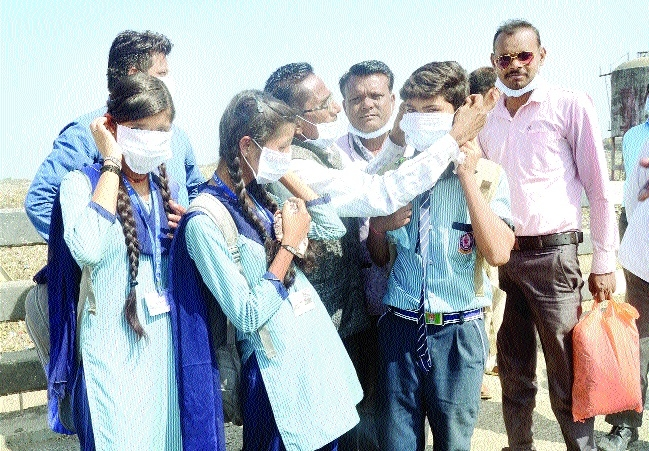 Masks given to commuters at Bhanpur landfill site