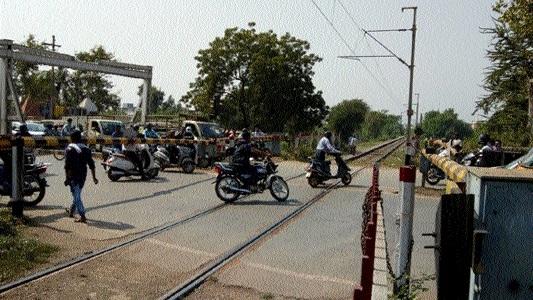 People still make risky attempts at level crossings