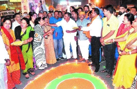 BJYM celebrates CBI's clean chit to CM Chouhan