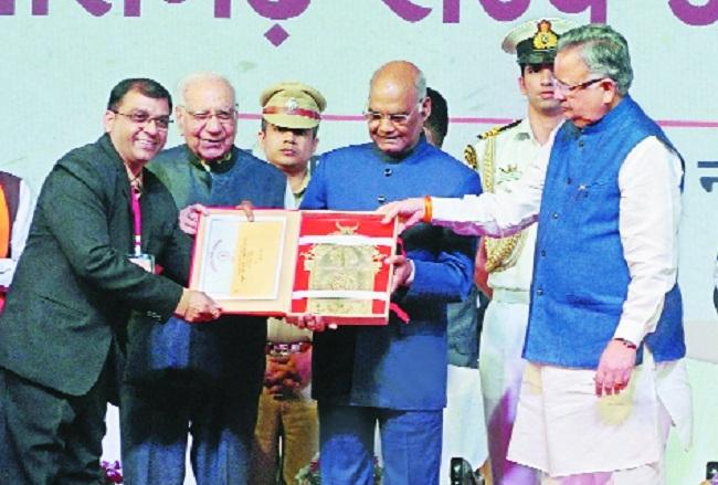 'The Hitavada' Resident Editor E V Murli among 18 others honoured by President