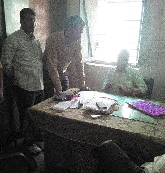 Accountant of BEO in Lokayukta net for taking Rs 28,000 bribe