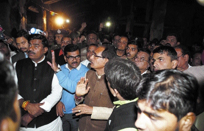 CM Chouhan inspects fire-hit shops in Bairagarh