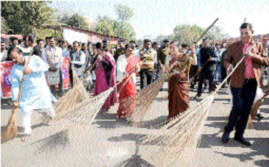 JMC holds cleanliness drive at rly station premises