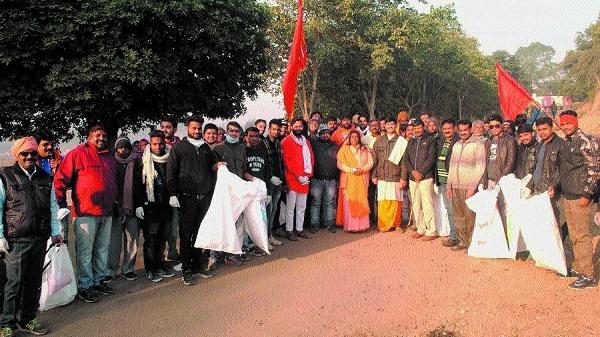 Narmada Sandesh Yatra activists clean Parikrama Path
