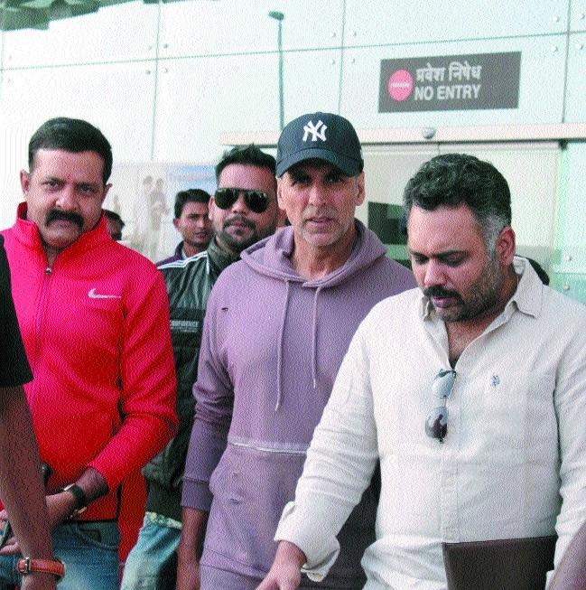 Akshay Kumar arrives in city to resume shooting for film