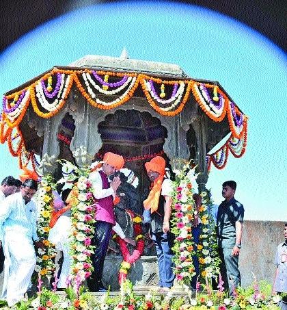 Fadnavis, BJP leaders pay tribute to Shivaji Maharaj at Raigad fort
