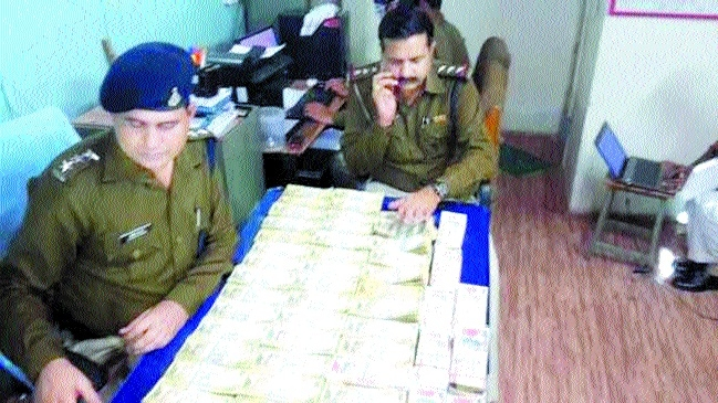 gang busted, old notes of Rs 34 lakh seized