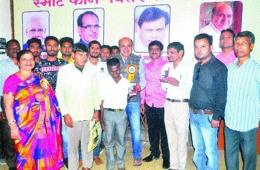 MLA Rohani distributes smartphones at Mahakoshal College