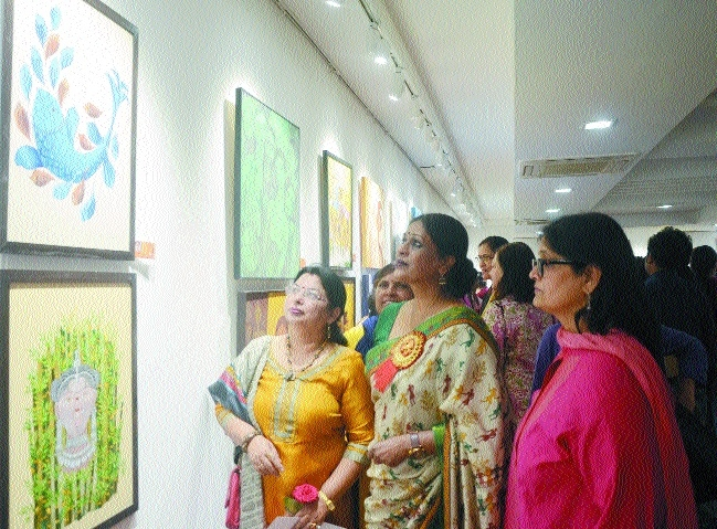 Eye-catching paintings at Swaraj gallery