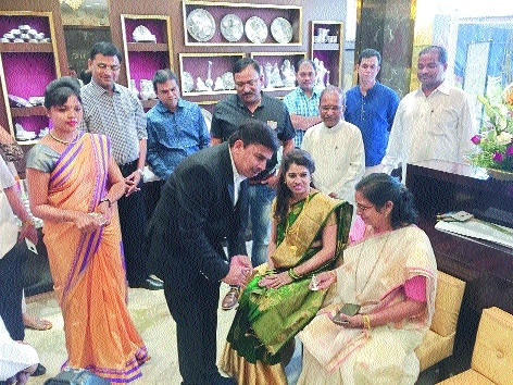 Mayor inaugurates new showroom of Londe Jewellers at Gokulpeth