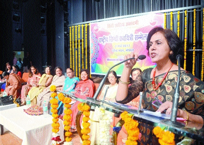 Sindhi poetesses express social concern in meet
