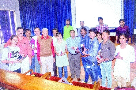Over 450 smart phones presented to Govt Science College students