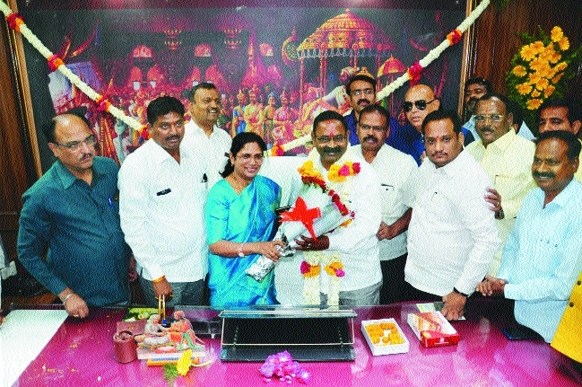 New Mayor Nanda Jichkar, Dy Mayor Deepraj Pardikar assume charge