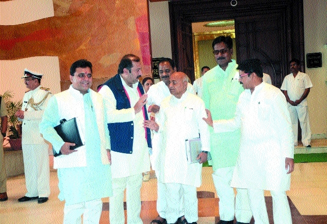 Congress stages walk out over land scam in Sagar