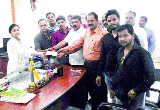 Mandla BJP workers help needy family to mark Sewa Diwas