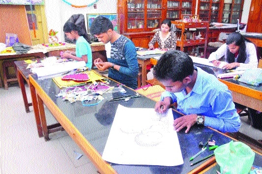 Large number of students display creative paintings at Model College