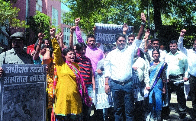 Paramedical staff demonstrates at Hamidia Hospital, patients suffer