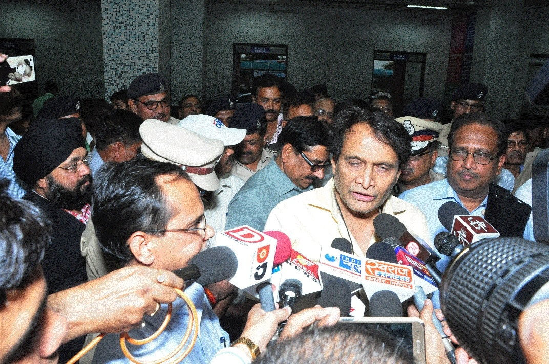 Railway Minister Suresh Prabhu takes short halt at Jabalpur station