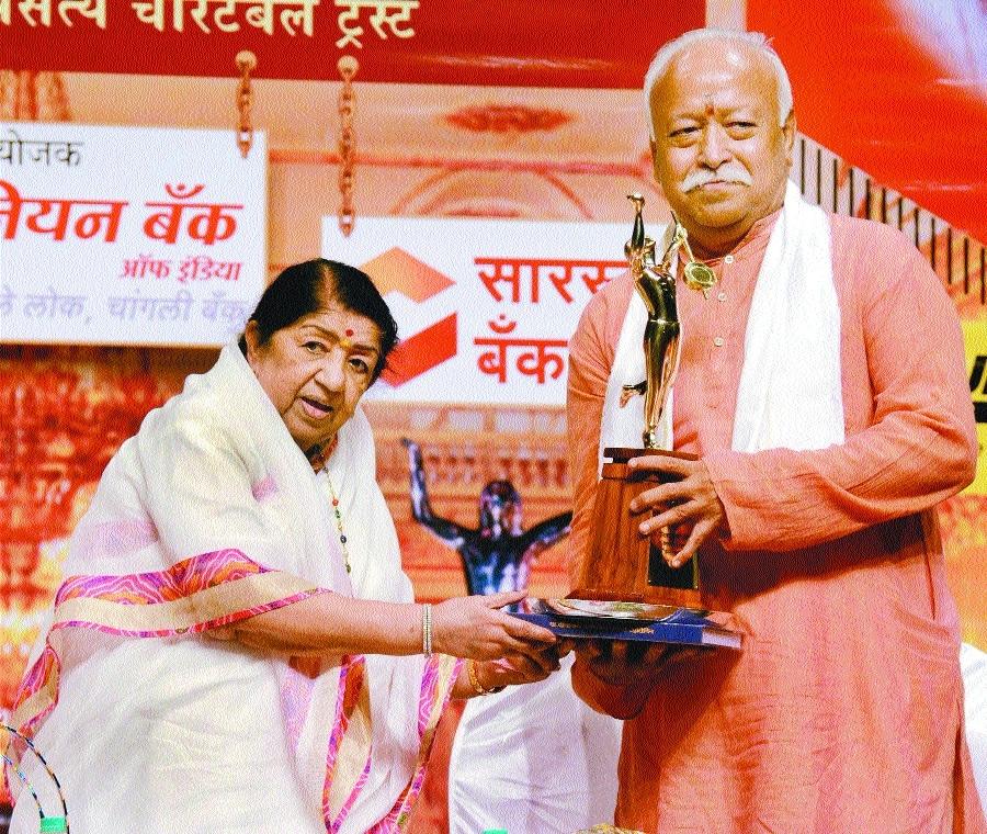 Mohan Bhagwat being Lata Mangeshkar.jpg