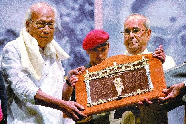Poet Sankha Ghosh Jnanpith award  Pranab Mukherjee.jpg