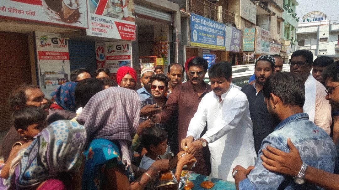Social organisations distribute food among Divyangs at Devendra Nagar