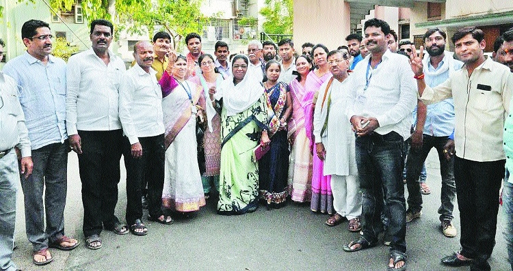 Dissenting Congress group parades 16 corporators, wants Vanve as LoP