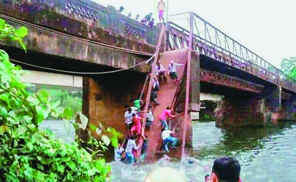 2 drown, 30 missing in Goa bridge crash