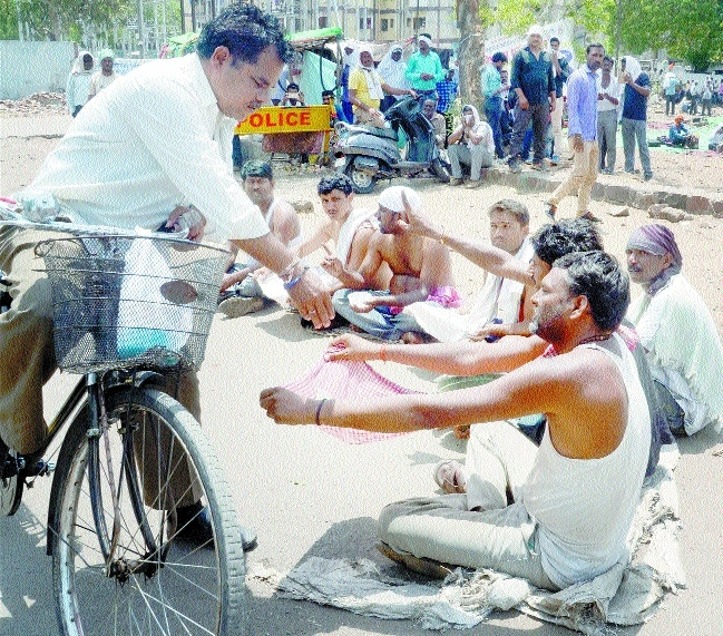 Agitating 108 Ambulance employees beg on roads
