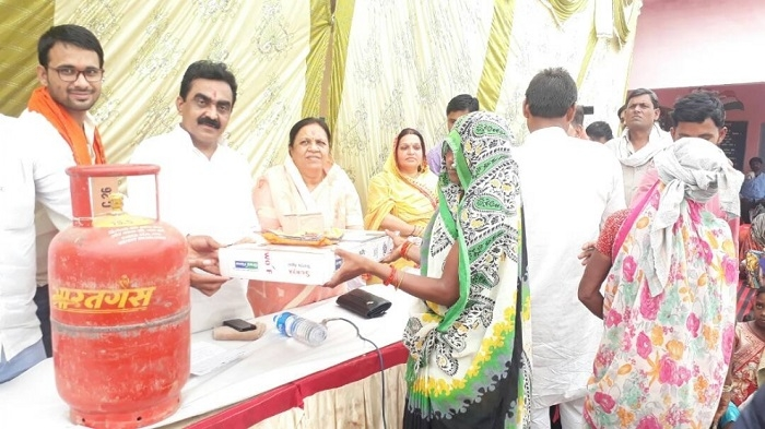 MP Rakesh Singh distributes gas stoves, LPG cylinders under Ujjwala Yojana