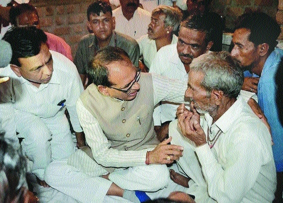 MP CM meets kin of deceased farmers in Mandsaur, gives Rs 1 cr aid to each