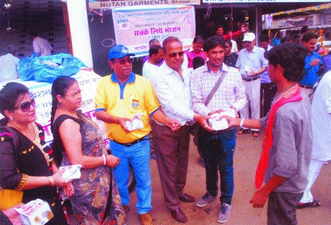 Lions club distributes food packets to needy people