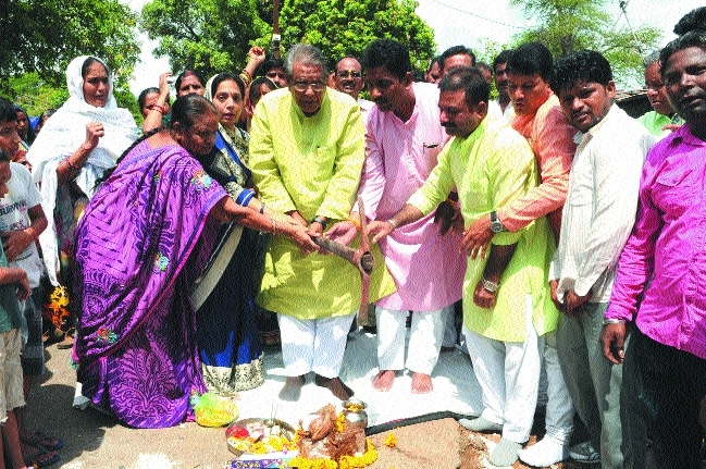 Minister Gupta performs bhoomipujan for tap water pipeline and park