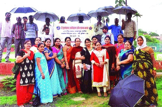 Lioness Club distributes umbrellas, raincoats among sanitary workers