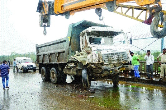 2 people hurt as Hywa-dumper collide