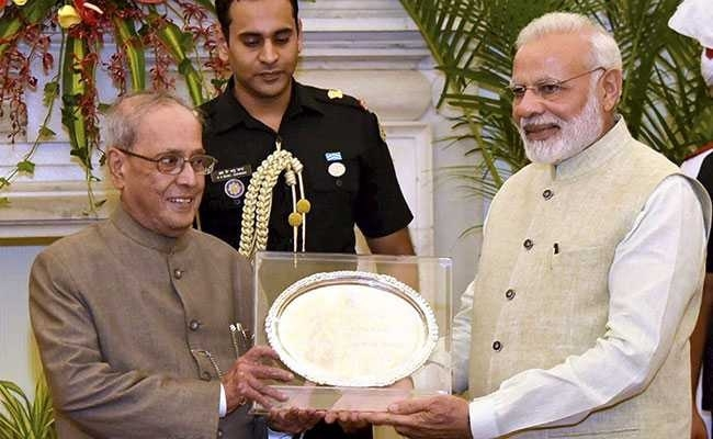 Modi hosts dinner for Mukherjee, presents memento